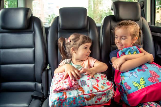 gyerekek a kocsiban
